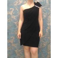 Черное платье с открытым плечом