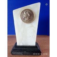 Барельеф - Ленин,натуральный камень (мрамор).