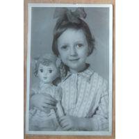 Фото девочки с куклой. 13х18 см.