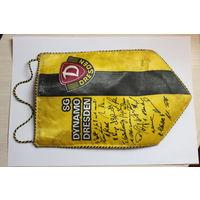 Футбольный вымпел 80- годов немецкого футбольного клуба ДИНАМО ДРЕЗДЕН SG DYNAMO DRESDEN с автографами игроков.