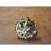 Перстень массивный с листочком конопли и фианитом в центре. Литье. Позолота. 23 р.