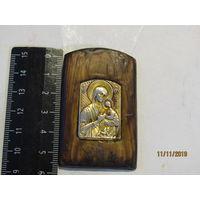 """Карманная или автомобильная иконка мельхиор(?) на дереве """"Богородица с Христом""""."""