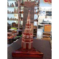 Советский настольный сувенир из оргстекла Спасская башня Кремля, 21,5 см.