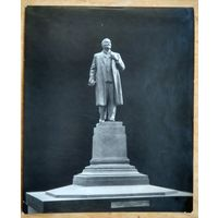 Фото памятника В.И.Ленина со скульптурой авторства З.Азгура  23х29 см.