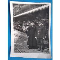 Фото 2-х железнодорожников у паровоза. 14х19 см.