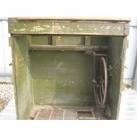 Рабочий  стол  защитного  цвета для  ножной  швейной  машинки военного  времени.Полнейший  оригинал