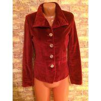 Шикарный, стильный велюровый пиджак на 42 размер насыщенно бордового цвета. ПОгруди47см, длина60см, длина рукава60см, ПОталии40см. Обмен не интересует.
