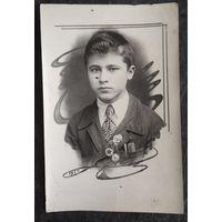 Фото юноши со знаками ОСОАВИАХИМа. 1939 г. 8х12 см.