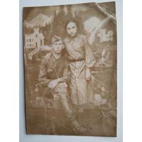 Фото солдата с девушкой. 8х11.5 см.