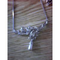 Комплект из серебристого металла с украшением из блестящих камней и серых прозрачных камней