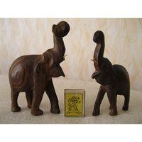 Лот старых игрушек в виде фигурок слонов.