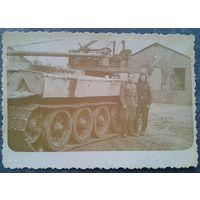 Солдатское фото на фоне инженерной техники. 1956 г. 8х11 см.