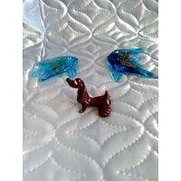 Стеклянные фигурки, две рыбки и такса, одним лотом.
