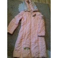 Зимнее пальто на девочку р. S с теплым капюшоном. Красивый розовый цвет, перламутр. Очень красиво смотрится на фигурке. Хорошее состояние.