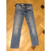 Светлые джинсы на 42 размер (W24/L34). ПОталии 37 см, ПОбедер 42 см, длина 91 см. Хорошее состояние.