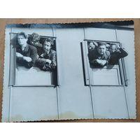 Студенты на пути в учебный лесхоз в Негорелом. Фото 1953 г. 8.5х11.5 см