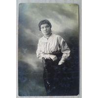 Фото А.Карелиной подруги Тины. 1919 г. 9х14 см.  (Из фотографий семьи Виноградовых)