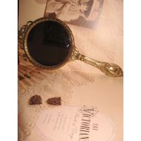 Зеркало латунное, ручное, очень старинное и антикварное, наменянное 19 вв. Изящное и дамское, в точности, как у настоящих королев !!! Достойная и стоящая покупка.