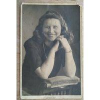 Фото улыбающейся женщины. 1945 г. 9х13.5 см