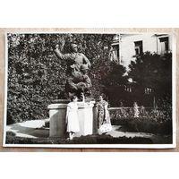 """Фото женщин у памятника """"Два солдата"""" Севастополь."""