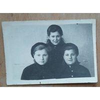 Фото послевоенных минских девушек. Минск. Декабрь 1945 г. 6х8 см.