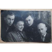 Фото группы молодых мужчин.1950-е. 8х13 см.