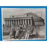 Фото группы молодежи на фоне Новосибирского театра Оперы и балета. 1949 г. 9х12 см.