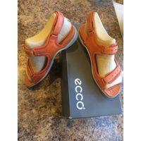 Фирменные босоножки Ecco на 38 размер. Натуральная кожа, очень удобные и мягкие. Цвет персиково-оранжевый и голубая подошва. Длина стельки 25,5-26 см. Состояние хорошее. Б/у в одной поездке, очень