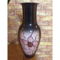 Керамическая ваза, объемная, красивая. Высота 43 см, диаметр в самом широком месте 18 см. Хорошее состояние, практически не пользовалась, стоит как украшение интерьера.