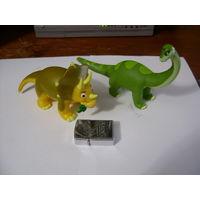 Два крупных динозавра (из мультика)