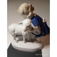 Фарфоровая статуэтка. Девочка с козликом .Зитцендорф Германия.