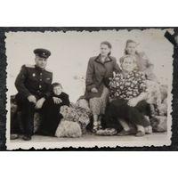 Фото военного на отдыхе семьей в Крыму. 1954 г. 6х9 см.