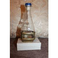 Стеклянная бутылочка, 250 мл., в латунной оправе снизу, высота 16,5 см.