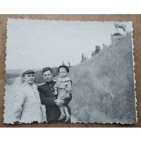 Двое военных с ребенком. Фото 1955 г. 8х10 см.