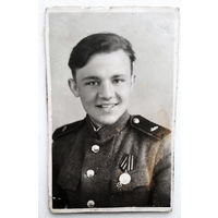 Фото солдата с медалью. 1944 г. 5.5х8.5 см