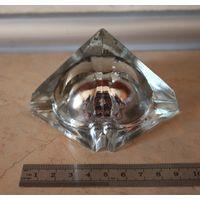 Пирамида, стекло.