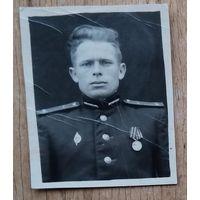 Фото военного с медалью. 2.5х3.5 см