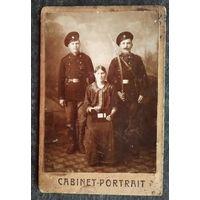 Фото двух военных (казаков) с женщиной. 9х13 см