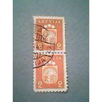Латвия. Герб. Сцепка из 2 гашеных марок.