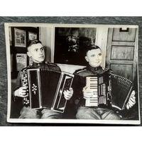 Солдатский музыкальный дуэт. 1950-е. 9х12 см.
