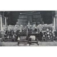 Будда и его ученики-каменныя изваяния во внутринности храма сиамской пагоды Ватъ Сутхатъ въ Бангкоке. 19 век.