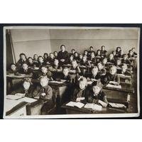 """Фото на уроке 4""""В"""" класса 12-й женской СШ. г.Минска. 1950 г. 12х17 см."""