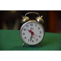 Часы будильник  все работает  высота 9 см