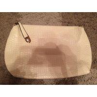 Красивая сумка-клатч-косметичка небольшого размера из лаковой кожи молочного цвета, размер 35 на 25 см. Новая.