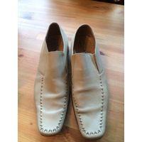 Туфли мужские 41 размер, молочного цвета, натуральная кожа. Ботинки бу, стесаны каблуки, нужны набойки, но в целом состояние нормальное. За туфли из натуральной кожи - адекватная и приятная цена. Длин