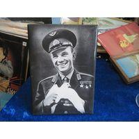 Советская настольно-настенная плакетка Юрий Гагарин, 20х14 см.