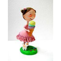 Кукла с девочка мороженным.