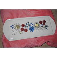 Поднос фарфоровый для утреннего чая или кофе в доме молодожёнов. Расписан цветочками.