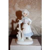 """Фарфоровая статуэтка """"Девочка с птичкой на ветке"""", высота 13 см., хорошее состояние."""