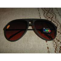 Фирменные солнцезащитные очки.